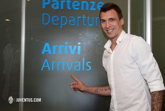 """Foto LaPresse - Fabio Ferrari 21/06/2015 Torino( Italia ) Spo Mario Mandzukic, nuovo giocatore della Juventus Fc,  arriva all'Aeroporto di Torino-Caselle """"Sanro Pretrini"""". Nella foto: Mario MandzukicPhoto LaPresse - Fabio Ferrari 21/06/2015 Turin ( Italiy ) Spo Mario Mandzukic, new player of Juventus FC, arrives at the Airport of Turin-Caselle """"Sanro Pretrini"""". In the pic: Mario Mandzukic"""