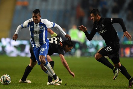 Porto's Brazilian defender Alex Sandro (L) controls the ball past Academica's midfielder Fernando Alexandre (C) and Brazilian midfielder Marcos Paulo during the Portuguese Liga football match Ass Academica vs FC Porto at Coimbra city stadium in Coimbra on December 6, 2014.   AFP PHOTO/ FRANCISCO LEONG        (Photo credit should read FRANCISCO LEONG/AFP/Getty Images)