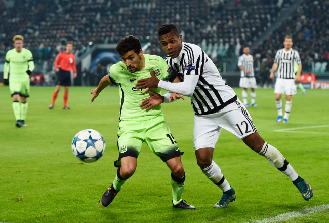 TURIN, ITALY - NOVEMBER 25:  Jesus Navas of Manchester City and Alex Sandro of Juventus battle for the ball during the UEFA Champions League group D match between Juventus and Manchester City FC at the Juventus Stadium on November 25, 2015 in Turin, Italy.  (Photo by Mike Hewitt/Getty Images)