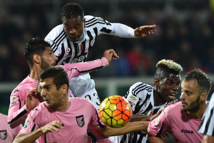 Juventus' defender from France Patrice Evra (Top) and Juventus' midfielder from France Paul Pogba (2ndR) vies with Palermo's defenders during the Italian Serie A football match between Palermo and Juventus on November 29, 2015 at the Renzo Barbera stadium in Palermo.  AFP PHOTO / GABRIEL BOUYS / AFP / GABRIEL BOUYS        (Photo credit should read GABRIEL BOUYS/AFP/Getty Images)