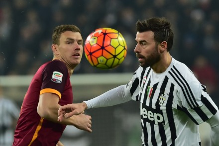 "Juventus' defender from Italy Andrea Barzagli (R) fights for the ball with Roma's forward from Bosnia-Herzegovina Edin Dzeko during the Italian Serie A football match Juventus vs AS Roma at ""Juventus Stadium"" in Turin on January 24, 2016. AFP PHOTO / GIUSEPPE CACACE / AFP / GIUSEPPE CACACE        (Photo credit should read GIUSEPPE CACACE/AFP/Getty Images)"