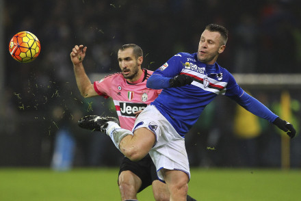 GENOA, ITALY - JANUARY 10:  Antonio Cassano of UC Sampdoria is challenged by Giorgio Chiellini (back) of Juventus FC during the Serie A match between UC Sampdoria and Juventus FC at Stadio Luigi Ferraris on January 10, 2016 in Genoa, Italy.  (Photo by Marco Luzzani/Getty Images)