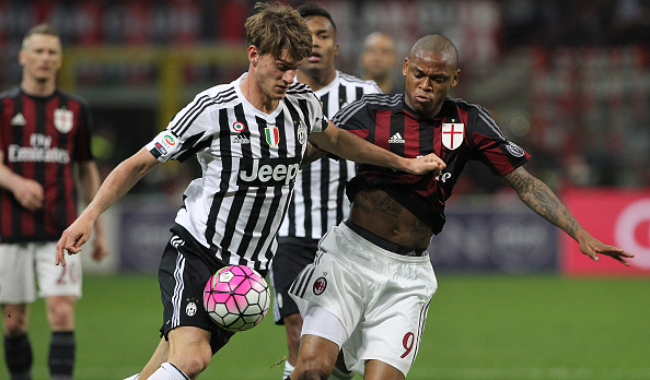 MILAN, ITALY - APRIL 09:  Daniele Rugani of Juventus FC competes for the ball with Luiz Adriano of AC Milan during the Serie A match between AC Milan and Juventus FC at Stadio Giuseppe Meazza on April 9, 2016 in Milan, Italy.  (Photo by Marco Luzzani/Getty Images)