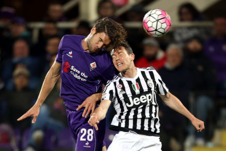 FLORENCE, ITALY - APRIL 24: Marocs Alonso of ACF Fiorentina battles for the ball with Stefan Lichtsteiner of Juventus FC during the Serie A match between ACF Fiorentina and Juventus FC at Stadio Artemio Franchi on April 24, 2016 in Florence, Italy.  (Photo by Gabriele Maltinti/Getty Images)